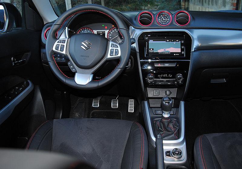 Der Monitor Ist Wie Bei Allen Suzuki In Vier Segmente Radio Handy Connect Und Navi Unterteilt Die Bedienung Per Touchscreen Gestaltet Sich Einfach